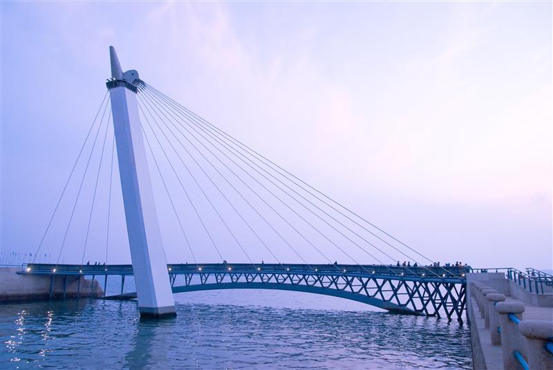 青岛市内的著名风景点「燕岛秋潮」也位於奥帆中心内燕儿岛山的东南角