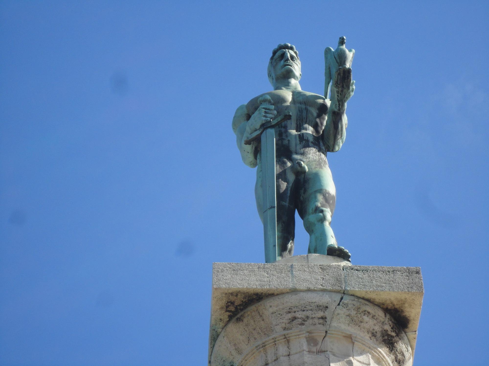 共和广场,◎米哈依国王的骑马雕塑,◎国家大剧院及◎国家博物馆等